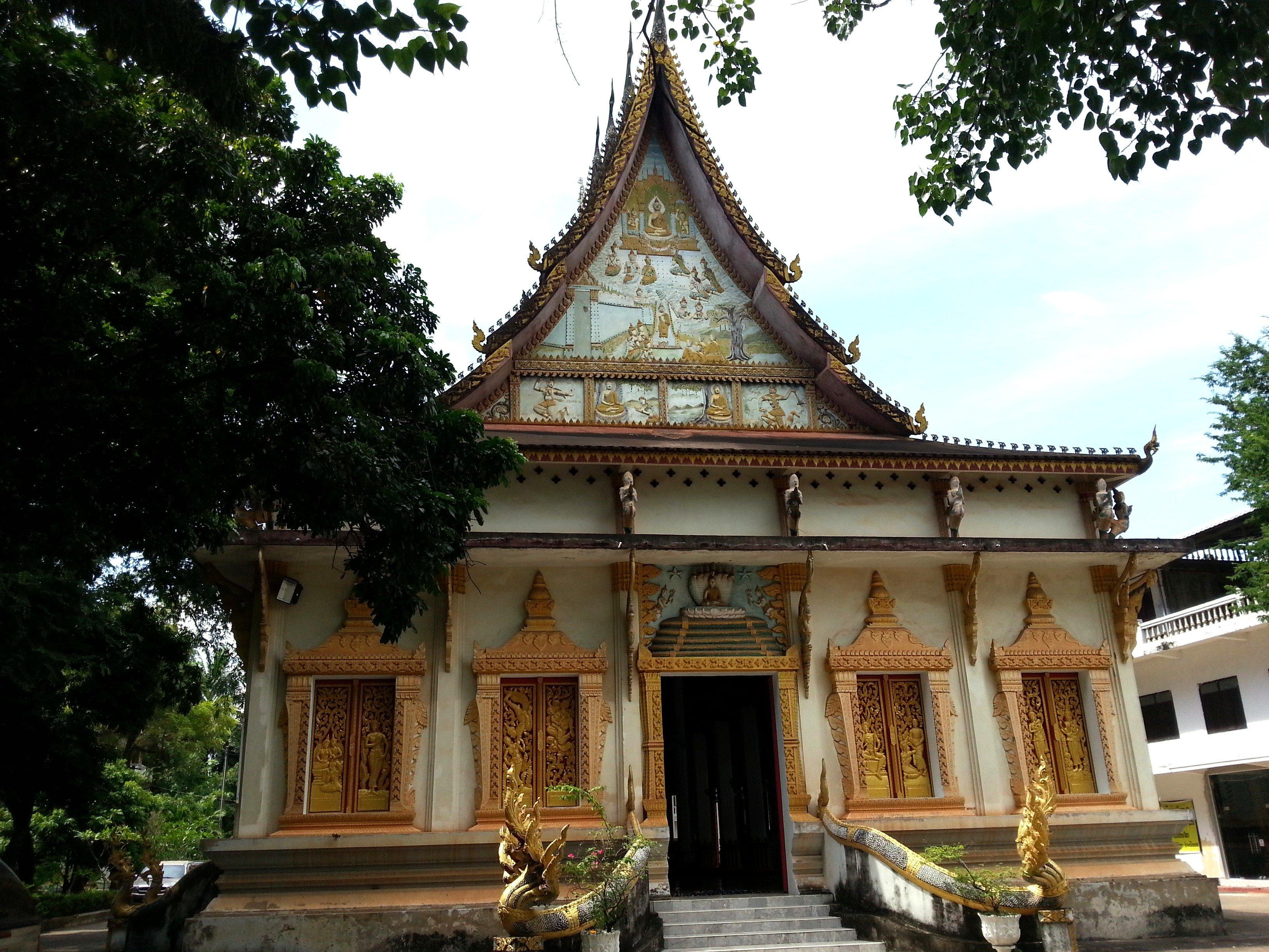 Front of the ordination hall at Wat Ong Teu